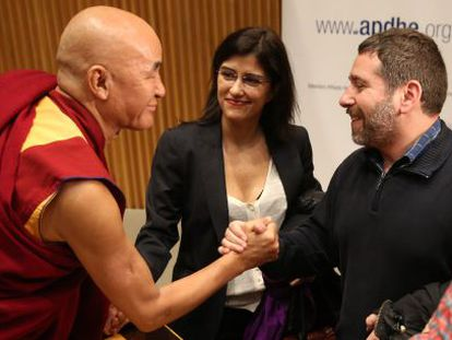 El monje tibetano Thubten Wangchen saluda a Javier Couso, hermano del cámara José Couso en el Congreso.