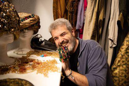 Lorenzo Caprile en su estudio con algunas de sus creaciones.