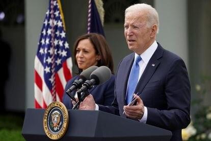 El presidente de Estados Unidos, Joe Biden, este jueves junto a la vicepresidenta, Kamala Harris, en los jardines de la Casa Blanca.