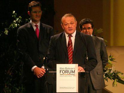 Urdangarin, con Jean-Marie Leblanc (en primer término) y Jaume Matas en el Foro del Deporte, en 2005.