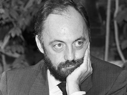 Jorge Lozano, secretario de redacción de la 'Revista de Occidente', durante la presentación de un número especial de la revista sobre narrativa en un acto celebrado en la Fundación Ortega y Gasset en 1989.