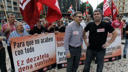 Dámado Casado y Unai Sordo delante de una protesta de trabajadores, en Bilbao.
