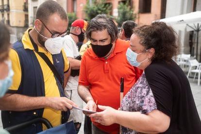 Un cartero muestra a Fernando Martín y a Begoña de la Cruz, hijo y nuera de Carmen Franquelo, un burofax de la propietaria del piso, este miércoles.