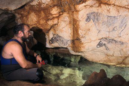 El descubridor de la gruta, Henri Cosquer, observa una de las obras originales.
