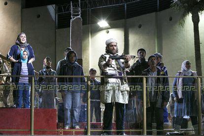 Un momento de la representación de <i>Moisés en Egipto,</i> con Riccardo Zanellato (con el arma).