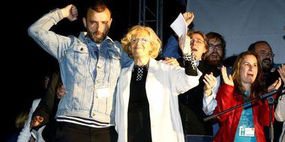 Manuela Carmena, con su equipo, tras conocer los resultados.