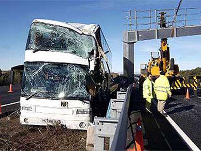 El autobús que chocó ayer contra un panel de señalización en la autopista A-6 en Maello (Ávila).