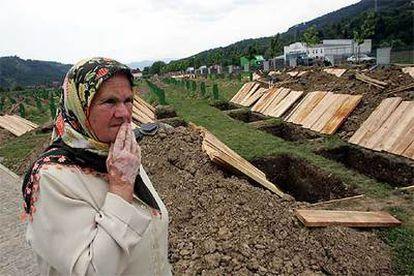 Una mujer camina ayer en el cementerio de Potocari, cinco kilómetros al norte de Srebrenica.