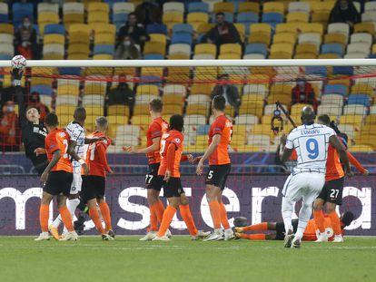 Lukaku estrella un balón en el larguero tras lanzar una falta.