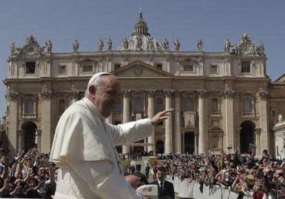 El Papa Francisco deja la Plaza de San Pedro después de la misa de este domingo en el Vaticano
