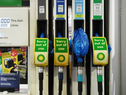 Una estación de servicio completamente cerrada y sin combustible, este martes en Londres.