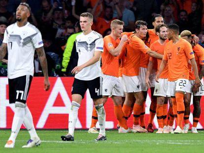 Los jugadores holandese celebran el 3-0 ante los desolados Boateng y Ginter