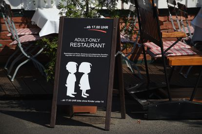 Cartel de un restaurante en la isla de Rügen (Alemania) que en 2018 prohibió el acceso a niños a partir de las cinco de la tarde.