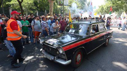Un taxi antiguo en una protesta de taxistas en Madrid en mayo.