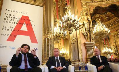 El ministro de Cultura argentino, Pablo Avelluto (i), el presidente de IFEMA, Clemente González (c) el director de ARCOMadrid, Carlos Urroz (d), durante la presentación de la XXXVI edición de la feria.
