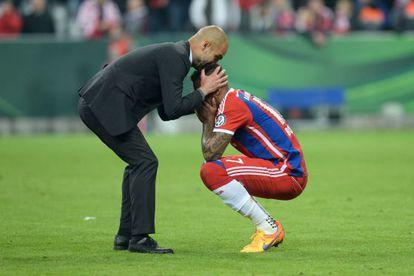 Guardiola consola a Boateng, tras perder contra el Dortmund.