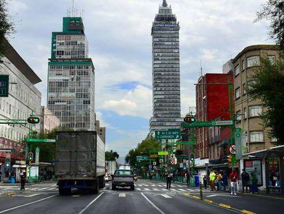 Vista general el 12 de julio de 2020 de la afluencia de personas en la Avenida Lázaro Cárdenas, en Ciudad de México (México), que cuenta con poco más de 100 años de existencia y que permanece cerrado debido a la contingencia por el COVID-19.
