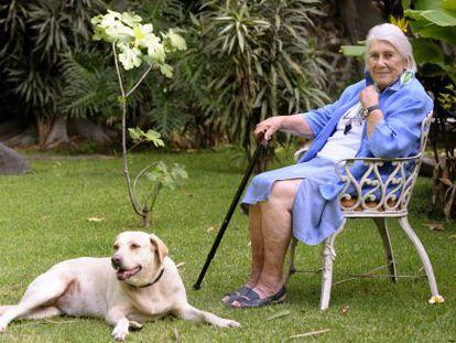 Laville, junto a su perra Mila en su casa de Cuernavaca.