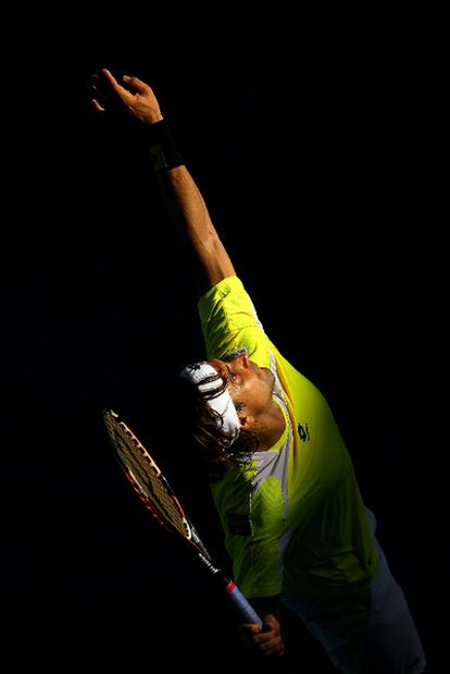 Ferrer saca en el partido de octavos que ganó al canadiense Raonic.