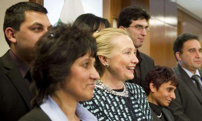 La secretaria de Estado norteamericana Hillary Clinton posa con miembros de la comunidad gitana en la Embajada de EE UU en Sofía, Bulgaria.