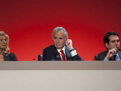 Javier Botín (d) en la junta general de accionistas del Banco de Santander.