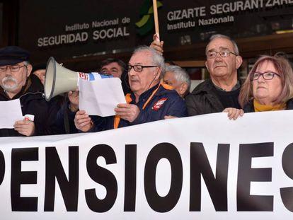 Concentración de pensionistas en Bilbao frente a la sede de la Seguridad Social.