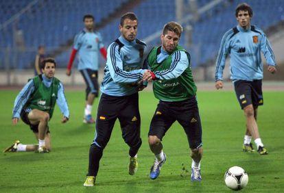 Soldado y Ramos luchan un balón en un entrenamiento en Minsk.