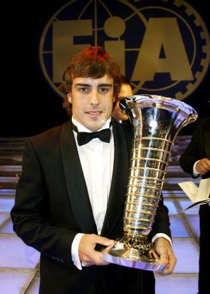 Fernando Alonso en 2006 con su segundo trofeo de Campeón del Mundo de F1.