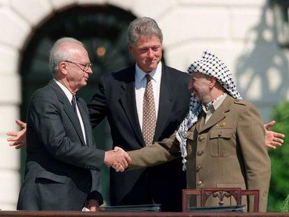 El primer ministro israelí, Isaac Rabin, saluda al líder palestino, Yasir Arafat, en presencia del presidente Bill Clinton, el 13 de septiembre de 1993 en la Casa Blanca.
