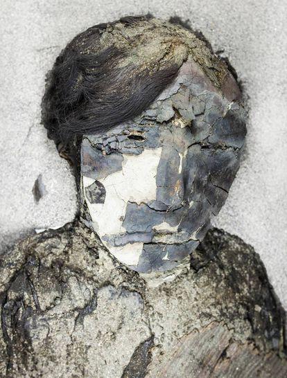 """Imagen de una """"momia negra"""": se denomina así por la capa de manganeso de color negro-azulado que la recubre."""