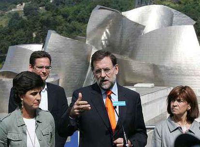 Mariano Rajoy, junto a María San Gil (a la izquierda), durante la visita del líder del PP a Bilbao.
