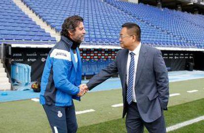 Saludo entre Quique Sánchez Flores y Cheng Yansheng el pasado jueves.