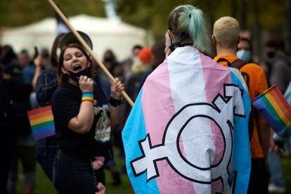 Manifestante con una bandera trans en una movilización en Toulouse (Francia), el pasado octubre.