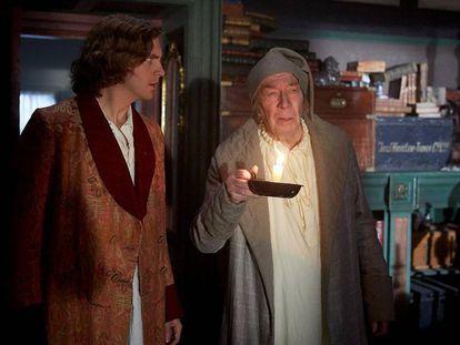 Dan Stevens (izquierda) y Christopher Plummer, en 'El hombre que inventó la Navidad'.