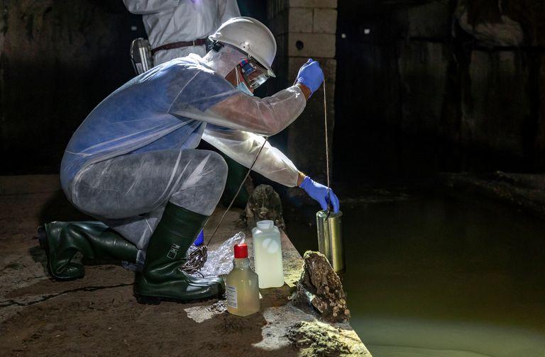 Toma de muestras de aguas residuales en Valencia para detectar el coronavirus.