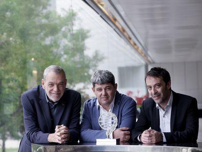 El trío de escritores y guionistas, de izquierda a derecha: Jorge Díaz, Antonio Mercero y Agustín Martínez, ganadores del Premio Planeta, este sábado en Barcelona.