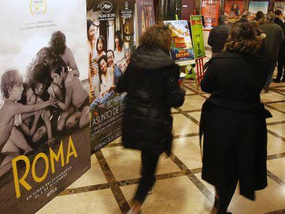 Entrada de los cines Verdi, en Madrid, donde se proyecta 'Roma'. En vídeo, el tráiler de la película.
