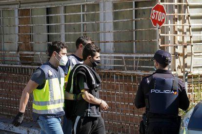 Uno de los arrestados, presunto miembro de una organización dedicada al tráfico de drogas en el barrio de la UVA del distrito madrileño de Hortaleza.