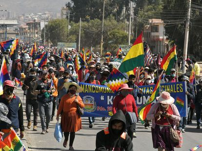 Cientos de manifestantes protestan contra el nuevo aplazamiento de las elecciones bolivianas, el martes 4 de agosto en Sacaba.
