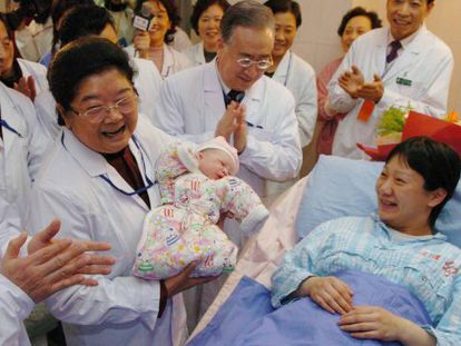 Las autoridades visitan en un hospital de Pekín al niño considerado el habitante 1.300 millones de China, en 2012.
