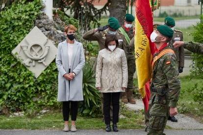 La presidenta del Gobierno de Navarra, María Chivite, y la ministra de Defensa, Margarita Robles, durante el homenaje al cabo fallecido del Regimiento de Infantería América 66.