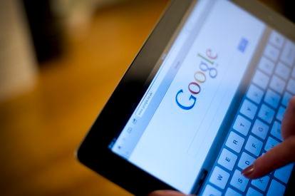 Una mujer realiza una búsqueda en Google.