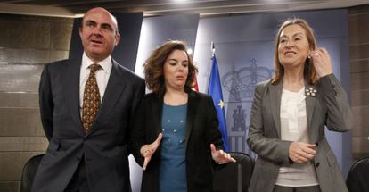 Guindos, Santamaría y Pastor, tras el Consejo de Ministros.