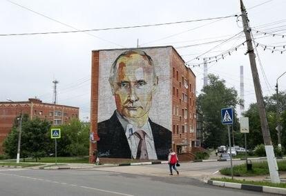 Un mural con un retrato del presidente ruso, Vladimir Putin, en la localidad de Kashira, próxima a Moscú.
