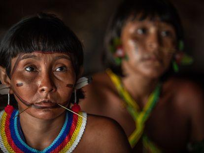 Dos mujeres de las comunidades Yanomami y Ye'kuana, durante un encuentro de líderes indígenas en noviembre de 2019.