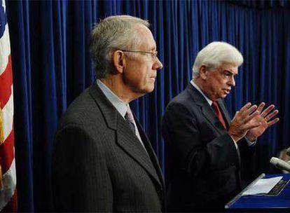 Los senadores Harry Reid (izquierda) y Chris Dodd explican el plan aprobado por el Senado.