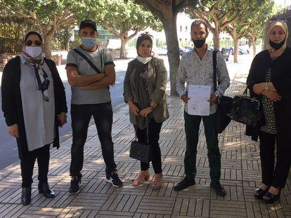 Representantes del sindicato marroquí de trabajadores fronterizo acuden el jueves 1 de octubre a la sede del ministerio de Exteriores en Rabat.