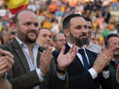 Antonio Corrales, a la izquierda, con Santiago Abascal, en un mitin electoral en Valdemoro el año pasado.