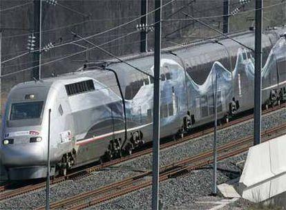Imagen del tren del récord, modificado especialmente para la ocasión. Es la rama nº4402, del TGV POS (Paris-Ostfrankreich-Süddeutschland o, en español, París-Este de Francia-Sur de Alemania).