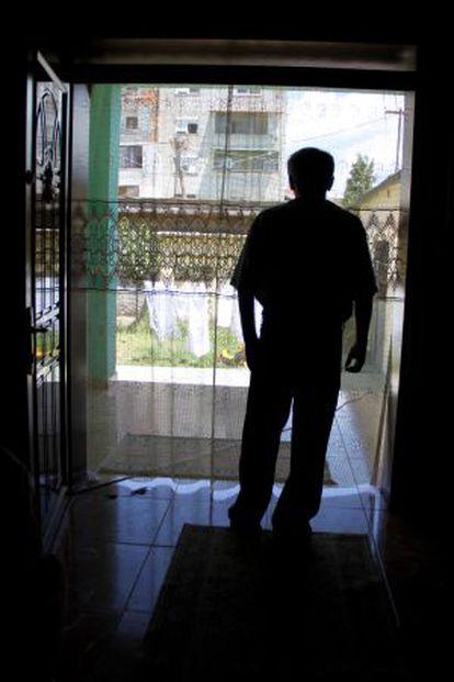 Ejup Kola, en la puerta de su casa en Shkoder, en el norte de Albania, donde lleva recluido desde agosto de 2010.